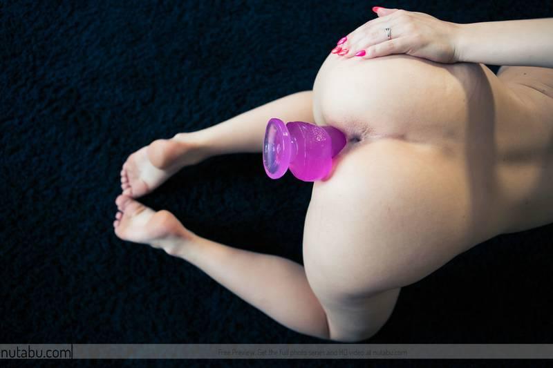 Zorrita maciza se desnuda en casa y se mete el consolador