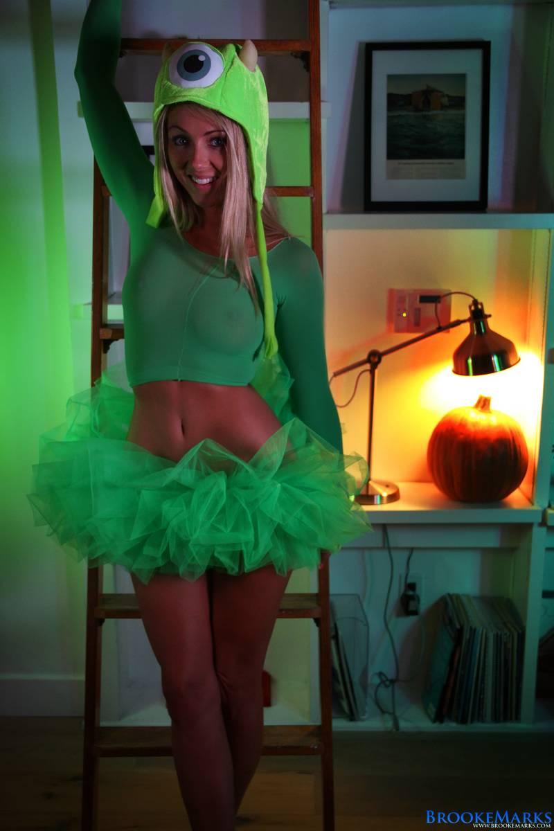 Rubia sexy se disfraza de monstruo para la noche de Halloween