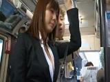 La golfa de Yuma Asami guarrea hasta en el autobus público