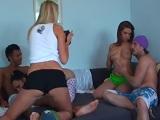Cuarteto follando en el sofá para estudiante de fotografía