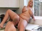 Se folla a la gorda de la vecina en la cocina de su casa