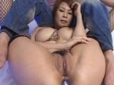 Yuki Aida masturbándose el trasero con sus juguetes sexuales