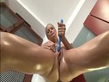 Cayenne Klein masturbandose su coño rasurado en la cocina