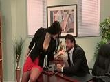 Hay que contentar al jefe y la secretaria sabe como hacerlo