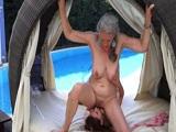 Abuela y nieta viciosas follando en el jardín de casa
