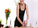 La masajista madura acaba metiendole mano al cliente