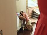 Mamá plegó antes del trabajo y pilló a la hija mamando polla