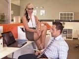 La jefa le pilló mirando porno en su puesto de trabajo