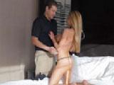 Viciosa casada acosa al masajista del hotel y se lo folla muy duro