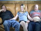 Mi hijastra nos hace las pajas a dos manos a mi hermano y a mi