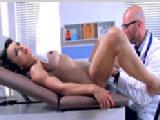 Ginecólogo me chupa el coño sin permiso en plena revisión