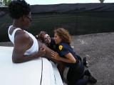 Acaban soltando al ladrón tras follárselo juntas al aire libre