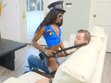 Los amigos le mandaron una stripper negra para que se la folle