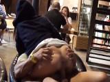 Pareja amateur se pone a follar en medio de la cafetería