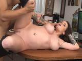 Zorra tatuada se corre de gusto en su primer casting porno