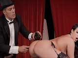El mago hace un buen truco con su ayudante culona