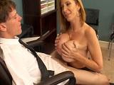Sara Jay follando con su jefe en el despacho, nada nuevo..