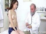 Jovencita veinteañera en su primera visita al ginecólogo