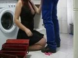 Ama de casa madura le pega un folladón al fontanero