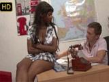 Negrita cerda sabe cómo negociar las vacaciones con su jefe