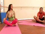 Morena de buenas tetas seduce y se folla al profesor de yoga