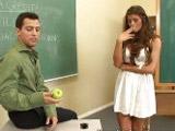 Alumna veinteañera se deja meter mano y follar por el profesor