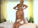 Rubia maciza acude al masajista y acaba comiéndose su coño