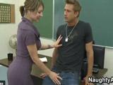 Profesora madura salida echa mano al paquete de un estudiante