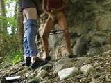 Novios amateur se masturban en plena ruta por la montaña