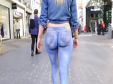 Body Painting: rubia sexy paseando en tanga por la calle