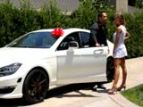 Le regala a su joven esposo un coche por su cumpleaños