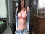 Morena se masturba por la webcam cuando se queda sola en casa