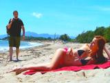 Va a tomar el sol a la playa sóla y acaba follada por un tio