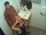 Cámara oculta les pilla haciendo una mamada en el lavabo