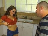 Mamada y paja con las tetas al padre de su novio en la cocina