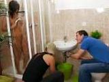 La puta se ducha delante de los fontaneros para calentarles