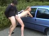 Se folla al lado de la carretera a una prostituta bastante sexy