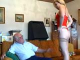 ¿Cómo me ves este tanga abuelito? ¿Me queda sexy o no?
