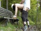Madura amateur follando a cuatro en medio del parque